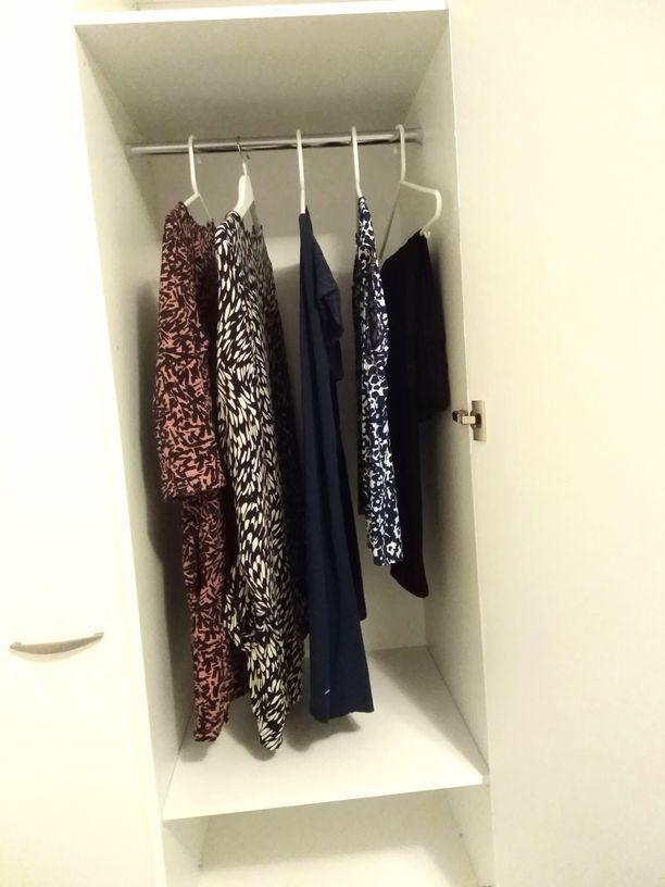 Leena Hämäläisen vaatekaapin sisältö on hyvin maltillinen. Iltalehden jutussa hän kertoi käyttävänsä vain muutamaa mekkoa.