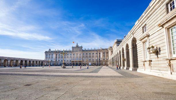 Kuninkaallinen palatsi on suosittu nähtävyys. Pääsyliput maksavat yleensä, mutta joinain iltoina palatsiin pääsee ilmaiseksi, joten aikataulua ja hintoja kannattaa selvittää jo ennen matkaa.