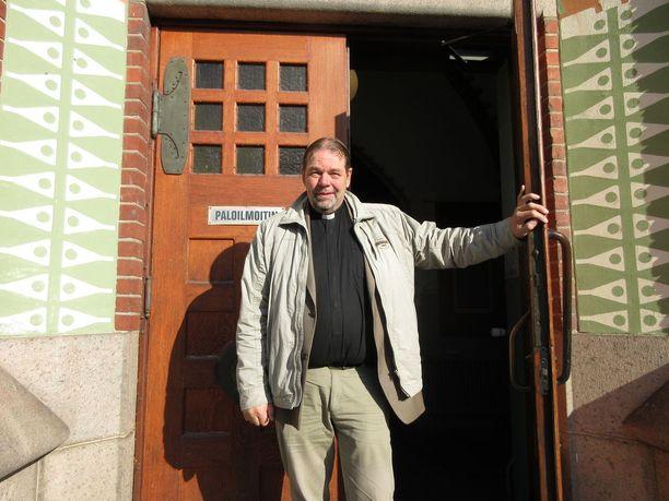 """Turun Mikaelin seurakunnan kirkkoherra Jouni Lehikoinen tuli tunnetuksi """"turvapaikkapappina"""" kymmenen vuotta sitten, kun kirkko julkaisi turvapaikkaohjeensa, ja Mikaelin seurakunta tarjosi turvapaikan irakilaiselle naiselle."""
