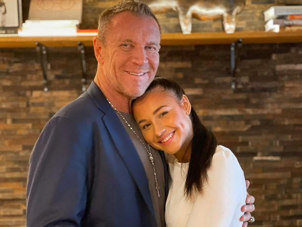Renny Harlin ja Johanna Harlin menivät kihloihin helmikuussa 2021. Pari tutustui toisiinsa viime kesänä.