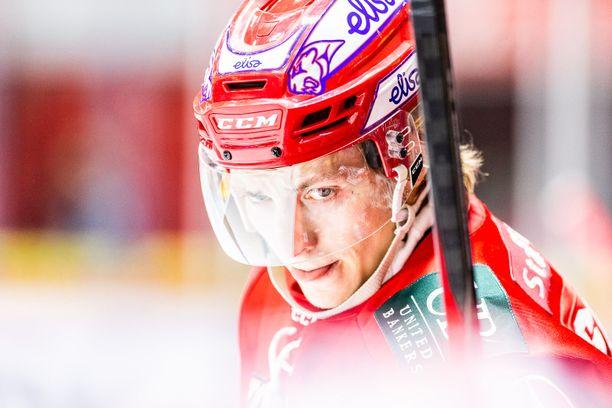 HIFK-tähti Iikka Kangasniemi koki kovia Sport-ottelussa.