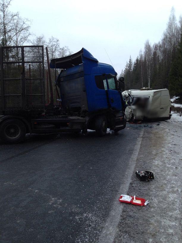 Puurekkaan törmäsi minibussiin Nuijamaalta Viipuriin johtavalla tiellä.