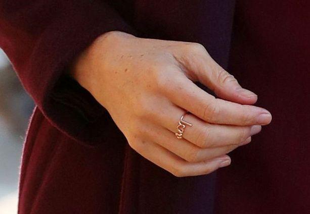 Herttuatar Meghanin sormuksen arvellaan olevan lahja rakastuneelta aviomieheltä, prinssi Harrylta.