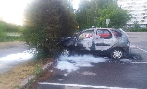 Sunnuntaina otetussa kuvassa näkyy viimeksi helsinkiläisellä parkkipaikalla poltettu auto sammutusvaahtoineen.