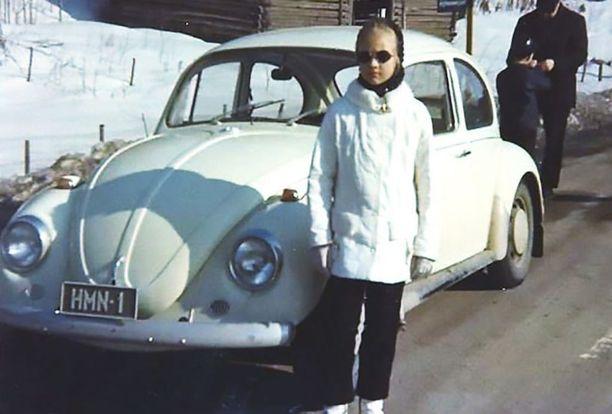 Kirsi-Klaudia Kangas poseerasi pikkutyttönä tulevan autonsa kanssa.
