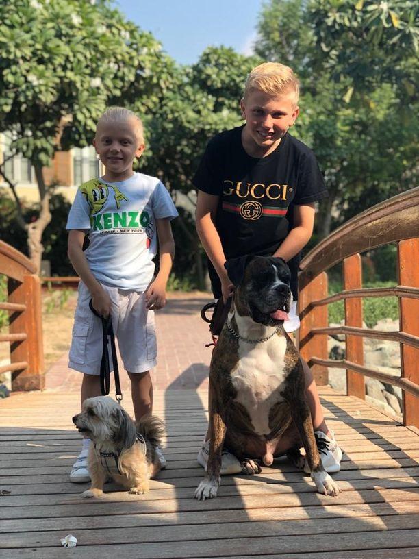 Perheeseen kuuluu myös kaksi koiraa.