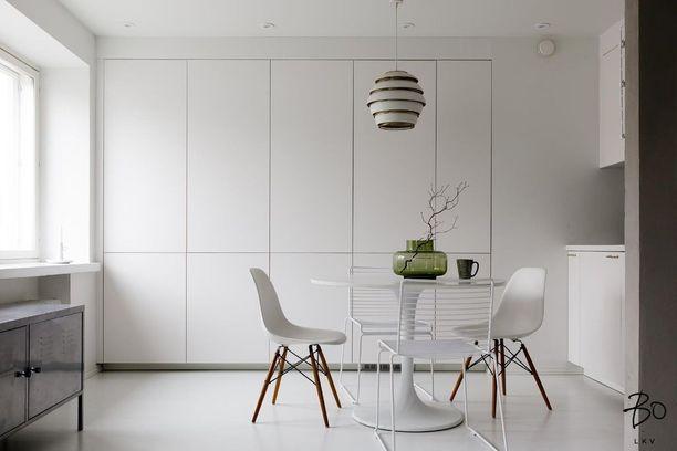 Vetimettömät koko seinän peittävät kaapistot tekevät tämän yksiön keittiöstä sekä tilavan että tyylikkään. Myös kodinkoneet on integroitu kalusteovien taakse.