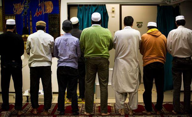 Muslimeja rukoilemassa Kallion islamilaisessa keskuksessa. Kuvan henkilöt eivät liity juttuun.