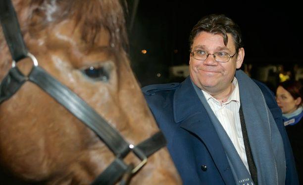 Timo Soini rakkaan raviharrastuksen parissa lokakuussa 2008.