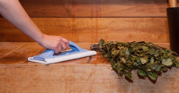 Laudepesurilla onnistuu helposti tasaisten pintojen pesu, ja se mahtuu hyvin myös lauteiden väleihin.