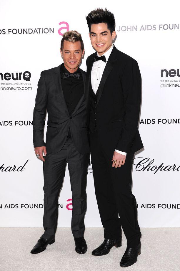 Sauli Koskinen ja Adam Lambert punaisella matolla vuonna 2012.