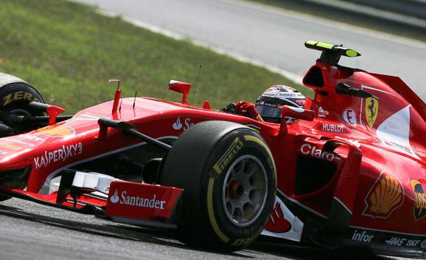 Kimi Räikkösen autoon tulee näkyviin Ferrarin tasakisalukema.