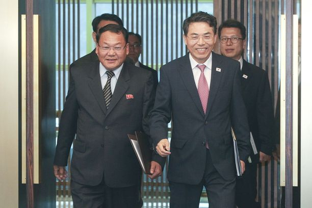Etelä-Korean varaliikenneministeri Kim Jeong-ryeol (oik.) ja Pohjois-Korean varaliikenneministeri Kim Yun-hyok tapasivat tiistaina.