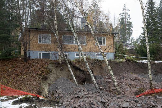 Espoon rakennusvalvonnan mukaan tilanne talolla on nyt stabiili.