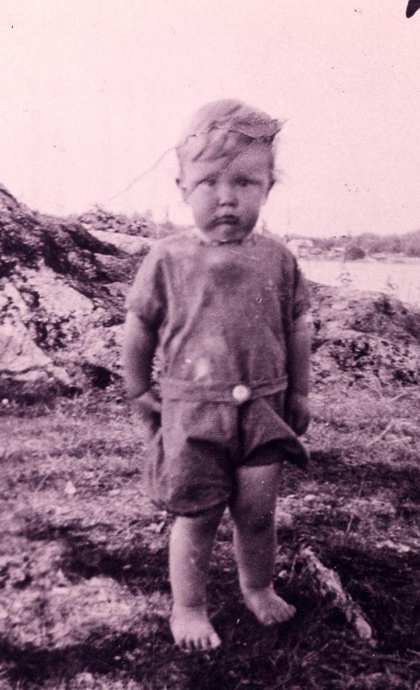 Vuoden ikäinen Lasse Pöysti Laatokan rannalla.