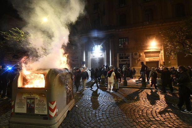 Mielenosoittajat sytyttivät muun muassa jäteastian palamaan.