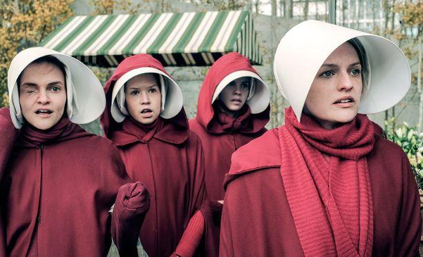 Orjattaret punaisessa univormussaan ja valkoisessa hilkassaan.
