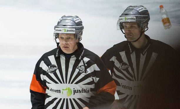 Viidennessä finaalissa tuominneet Jari Levonen ja Stefan Fonselius saivat hurjan viharyöpyn niskaansa.