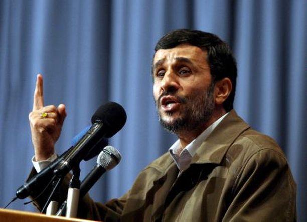 Mahmoud Ahmadinejad ihmettelee, mikseivät WTC-torneihin iskeytyneet lentokoneet näkyneet tutkassa.