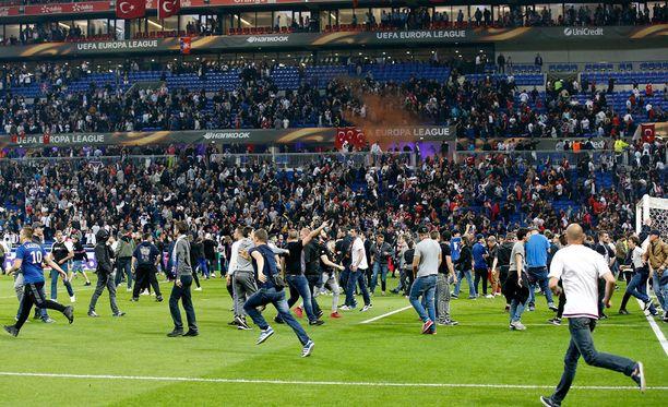 Lyonin Parc OL täyttyi kaaoksesta torstai-iltana.