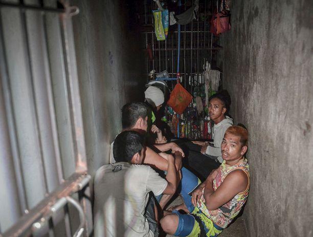 Salainen selli poliisiasemalla Manilassa huhtikuussa. Kirjahyllyn taakse piiloitettuun tilaan oli tungettu 12 ihmistä.