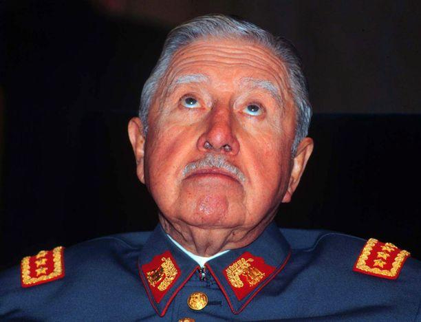 Ex-diktaattori Augusto Pinochet otettiin vuonna 1998 kiinni Lontoossa ja määrättiin kotiarestiin. Kuva on vuodelta 2005, Pinochet kuoli vuonna 2006.