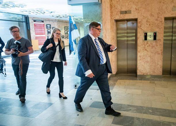 Ulkoministeri Timo Soini (sin) on järjestelmällisesti kiistänyt karkaamisensa muihin tehtäviin. Jos Soini kuitenkin haluaisi siirtyä ministeriauton takapenkiltä muihin hommiin, virkamieseettinen neuvottelukunta voisi määrätä Soinille jopa puolen vuoden karenssin. Nyt käytäntö on vapaaehtoinen sitoumus - jatkossa pyöröovi-ilmiöön pyritään puuttumaan lailla.