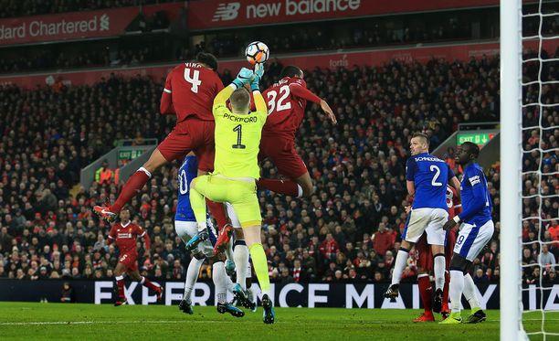 Virgil van Dijk (vas.) alkoi heti maksaa takaisin jättimäistä siirtosummaansa. Tässä hän puskee 2-1-voittomaalin Evertonin verkkoon.