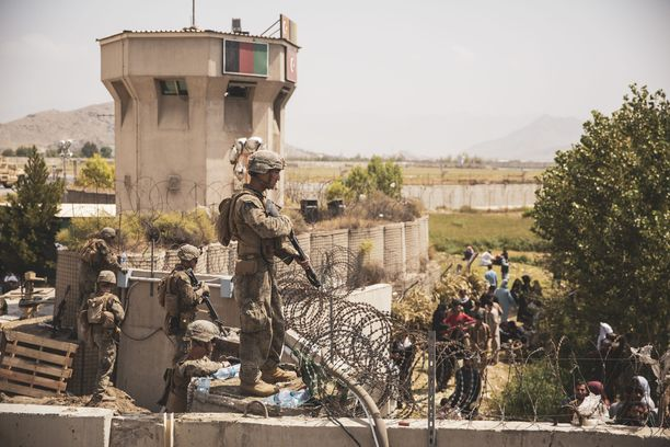 Yhdysvaltain joukkoja turvaamassa evakuointeja Kabulin lentoasemalla 20. elokuuta.