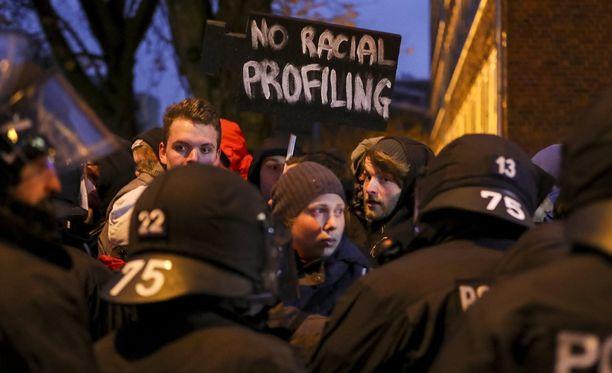 Hannoverin halki marssi myös viitisentuhatta pakolaisia puolustanutta mielenosoittajaa.