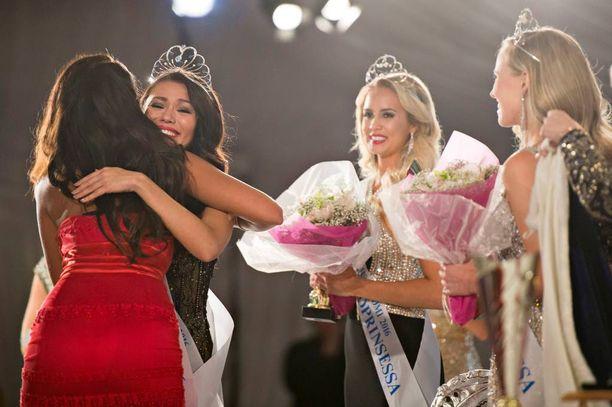 Miss Suomi Shirly Karvinen peri kruunun Rosa-Maria Ryytiltä ja sai tältä lämpimät onnittelut.
