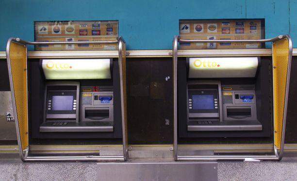 Poliisi on etsinyt epäiltyjä pankkiautomaatin räjäyttäjiä usean partion voimin ympäri Suomen, mutta heitä ei ole saatu vieläkään kiinni.