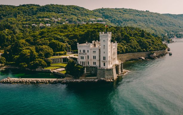 Castello di Miramare on Triesten tärkeimpiä nähtävyyksiä. Linna on nykyään museo, ja avoinna yleisölle.