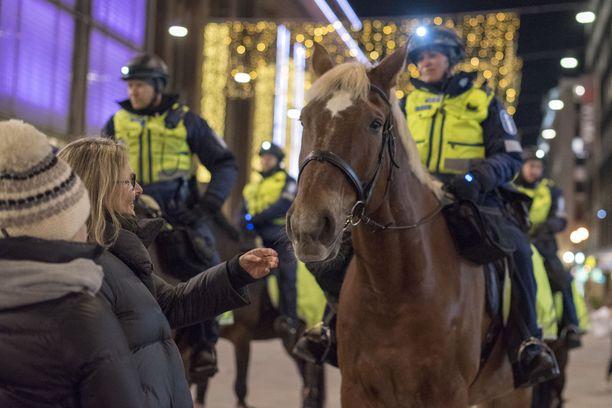 Kokenut poliisihevonen Poke partioi tottuneesti ja rauhallisesti Helsingin kaduilla.