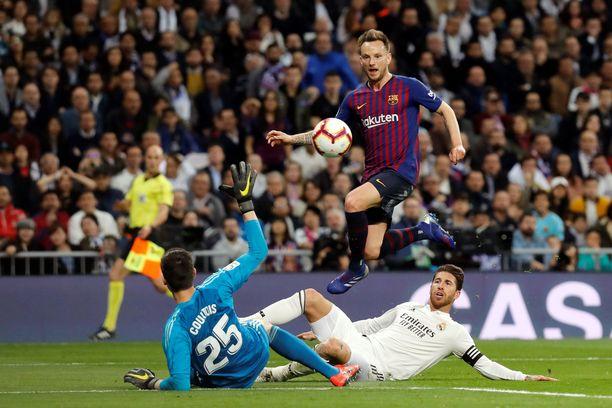 Ivan Rakitic hyppäsi Real Madrid -veskari Thibaut Courtois'n yli tehdessään El Clásicon voittomaalin.
