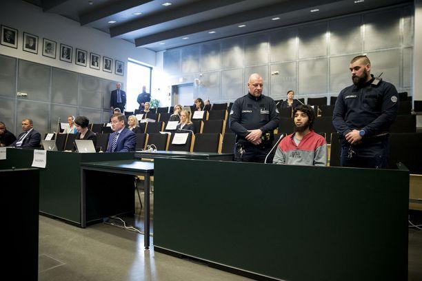 Turun puukottaja Abderrahman Bouanane kohahdutti maanantaina Turun vankilan auditoriossa pidetyssä oikeusistunnossa, kun hän yritti keskeyttää syyttäjän ja asianajajansa puheenvuoroja nostamalla useampaan otteeseen käsiraudoilla yhteen kytkettyjä käsiään ylös.