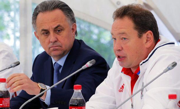 Venäjän urheiluministeri Vitali Mutko ja jalkapallomaajoukkueen päävalmentaja Leonid Slutski yhdessä tiedotustilaisuudessa toukokuussa.