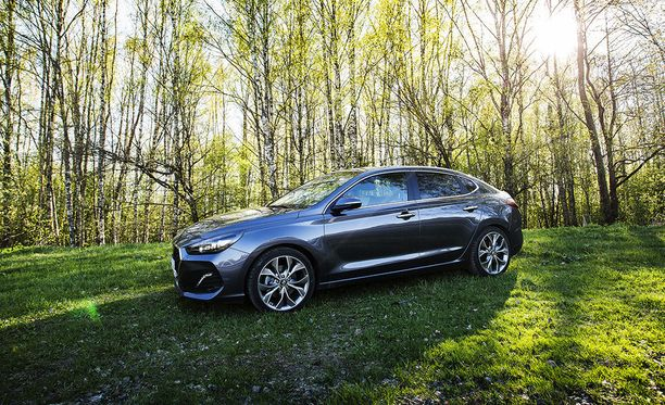 Hyundai i30 Fastback kuuluu autoihin, joiden perään tulee parkkipaikalla vilkaistua. Auto näyttää hintaluokkaansa kalliimmalta.