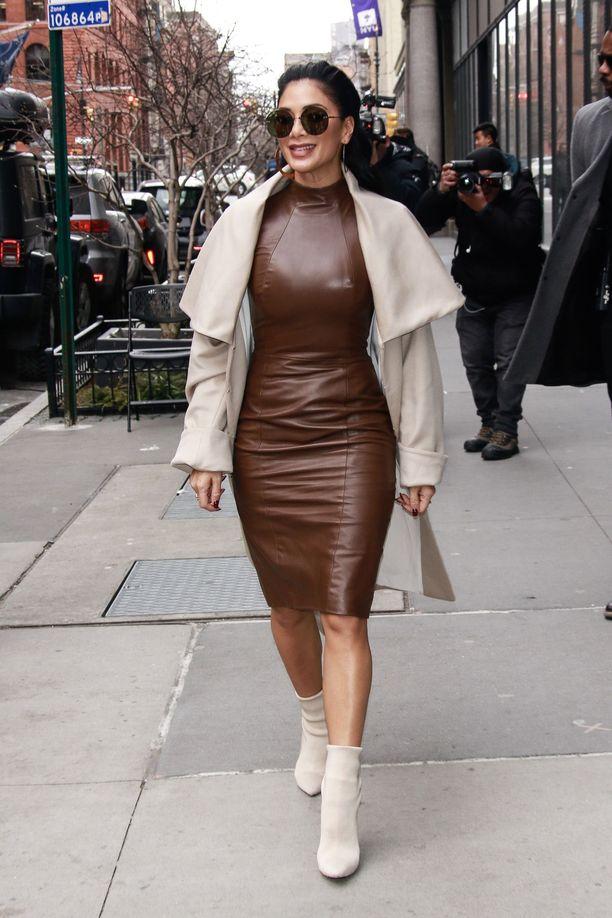 Nicole Scherzingerin ruskea nahkamekko näyttää ihanalta vaaleiden sävyjen rinnalla.