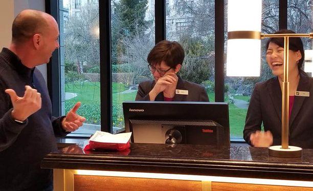 Burchill selostaa hotellin nykyisille työntekijöille miten asiat menivät pahasti pieleen 17 vuotta sitten.