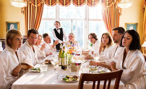 Pöydän vasemmalla puolella vasemmalta oikealle Laura (Marja Salo), Ari (Aku Hirviniemi), Veera (Kiti Kokkonen) ja Jani (Janne Kataja). Pöydän oikealla puolella vasemmalta oikealle Jere (Roope Salminen), Inka (Matleena Kuusniemi), Esko (Mikko Nousiainen) ja Milla (Mimosa Willamo). Pöydän päässä Swingers-kartanon isäntäpari Eero (Tommi Liski) ja Ritva (Miitta Sorvali).