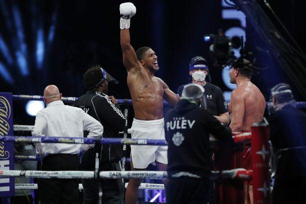 Anthony Joshua tuulettaa voittonsa jälkeen.