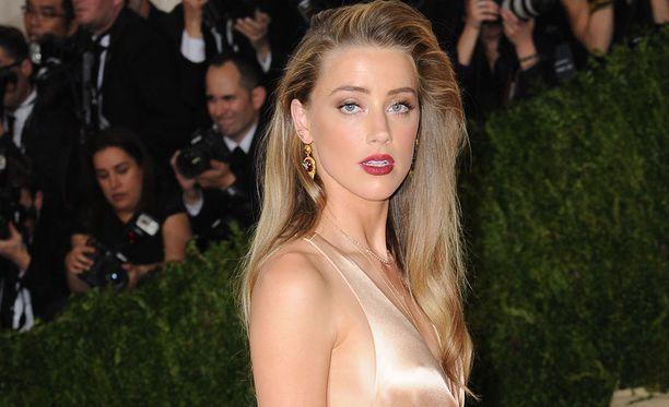 Amber Heard tunnetaan elokuvista Paranoia, Magic Mike XXL ja Tanskalainen tyttö.