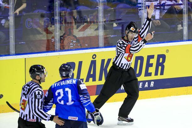 Kahdesti jäähypenkillä käynyt Juhani Tyrväinen myönsi, että heppoiset tuomiot menivät tunteisiin.