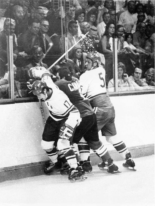 CCCP-tähdet Valeri Harlamov (vas.) ja Aleksandr Ragulin kamppailevat kiekosta Kanadan Ron Ellisin kanssa Summit-sarjan avausottelussa legendaarisessa Montreal Forumissa syyskuussa 1972.