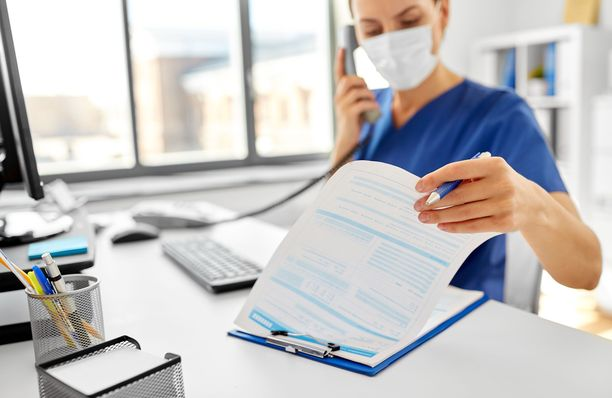 Iltalehteä lähestynyt terveysaseman työntekijä on erittäin huolissaan potilasturvallisuuden vaarantumisesta asemilla. Kuvituskuva.