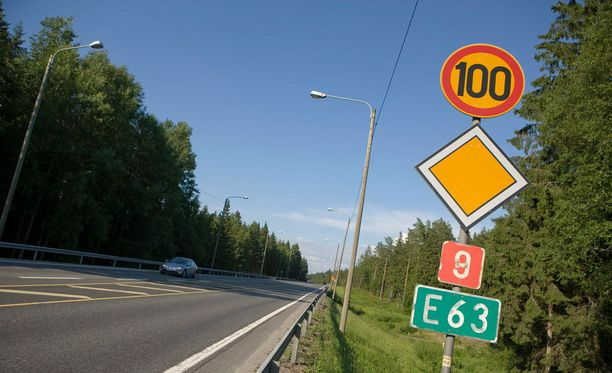 Nopeusrajoitus on liikenneväylälle asetettu ajoneuvon suurin sallittu nopeus. Hiljempaa ajoa ei ole kielletty.