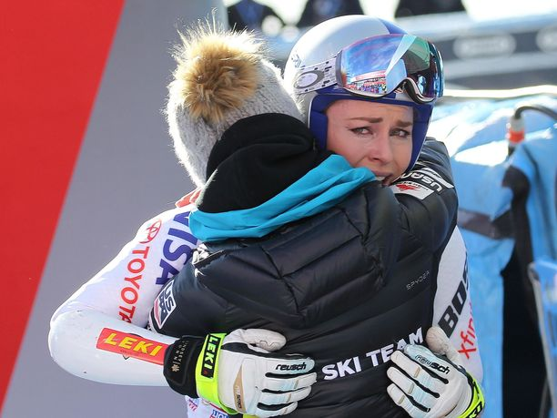 Lindsey Vonn kyynelehti sunnuntaina Italian Cortina d'Ampezzossa lasketun supersuurpujottelun maalissa jouduttuaan keskeyttämään polvikipujen takia.