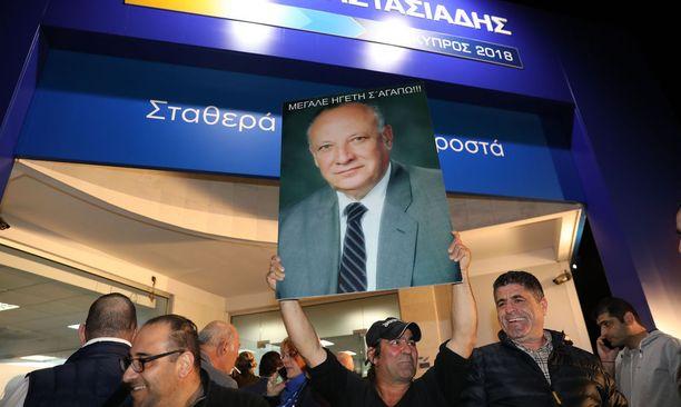 Istuvan presidentin Nicos Anastasiadeksen kannattajat juhlivat vaalivoittoa Nikosiassa sunnuntai-iltana.