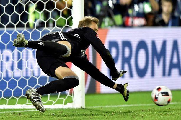 Manuel Neuer pysäyttää myös rangaistuspotkut.